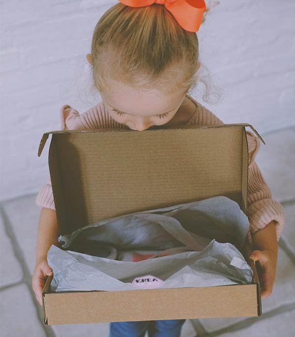 lille pige med en kreaboks
